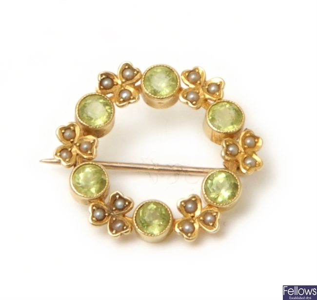 An Edwardian 15ct gold peridot and split pearl