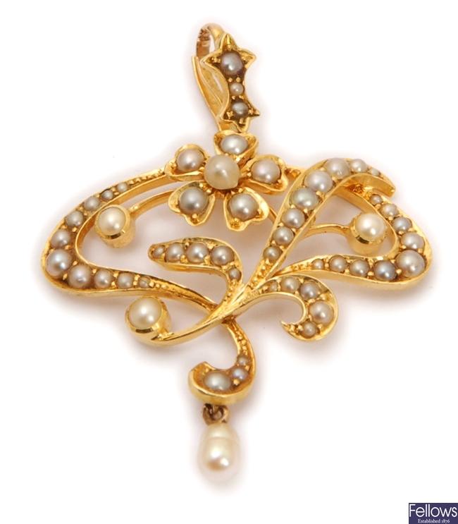 An Edwardian split pearl set floral design