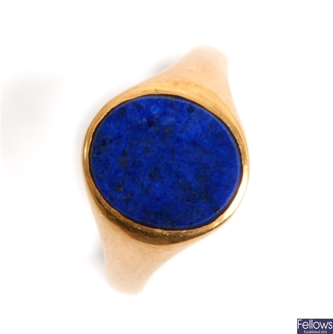 A 9ct gold lapis lazuli signet ring, comprising a