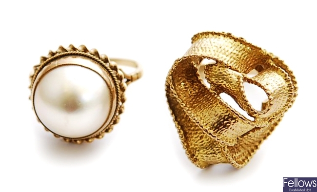 Two rings, to include 9ct gold mabe pearl set