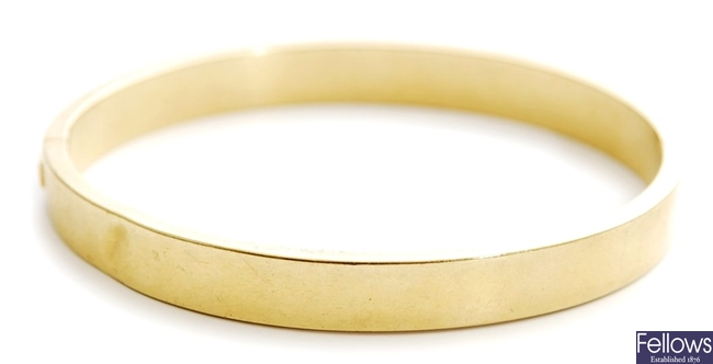 A plain hinged bangle. Stamped 750. Weight -