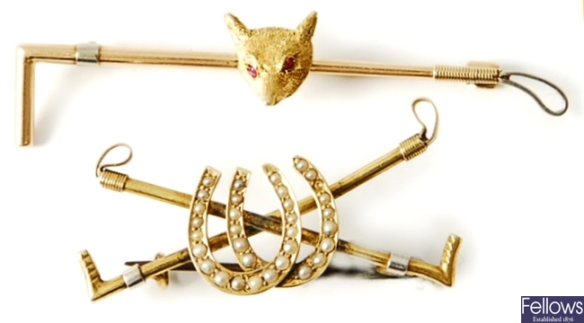 Two brooches, to include a 15ct gold hunting