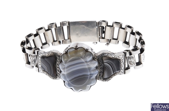 A blue/grey agate bracelet, with one large