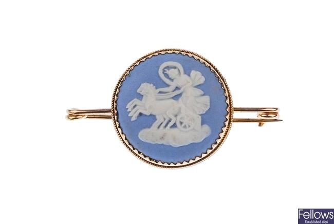 An Edwardian 9ct gold mounted circular blue