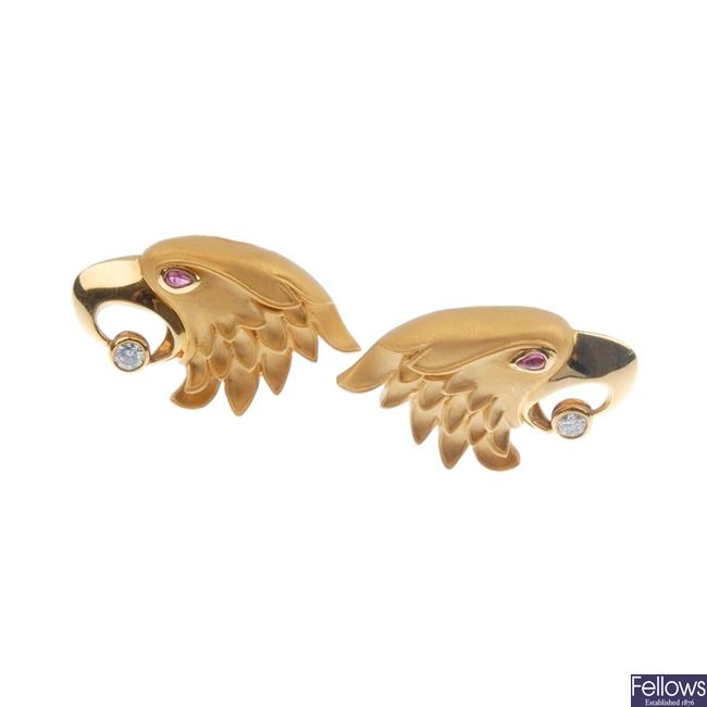 Carrera v Carrera eagles head design earrings.