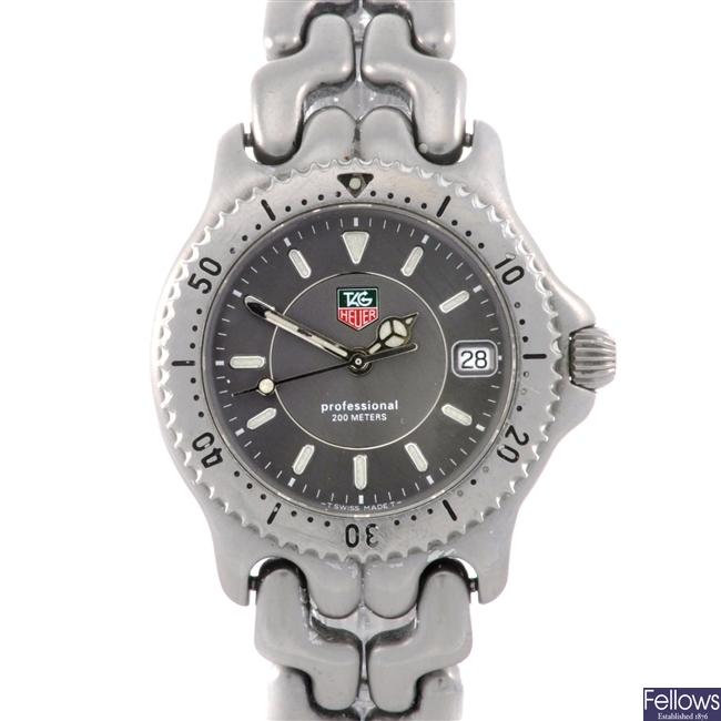 (33511) A stainless steel quartz gentleman's Tag Heuer Professional bracelet watch.