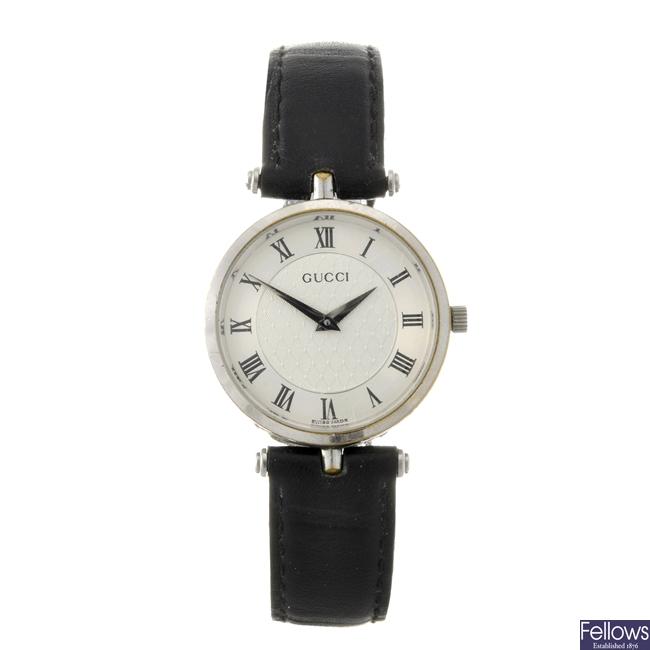A stainless steel quartz gentleman's Gucci 2040M wrist watch.