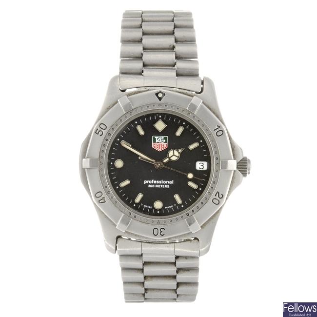 (6007) A stainless steel quartz gentleman's Tag Heuer 2000 Series bracelet watch.