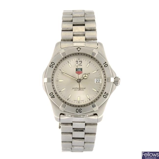 (809032627)  A stainless steel quartz gentleman's Tag Heuer 2000 Series bracelet watch.