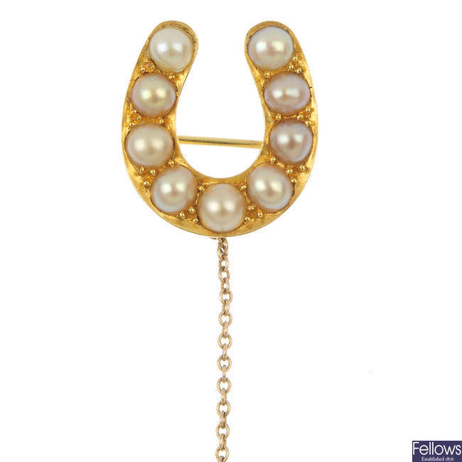 A late Victorian 18ct gold split pearl horseshoe brooch.