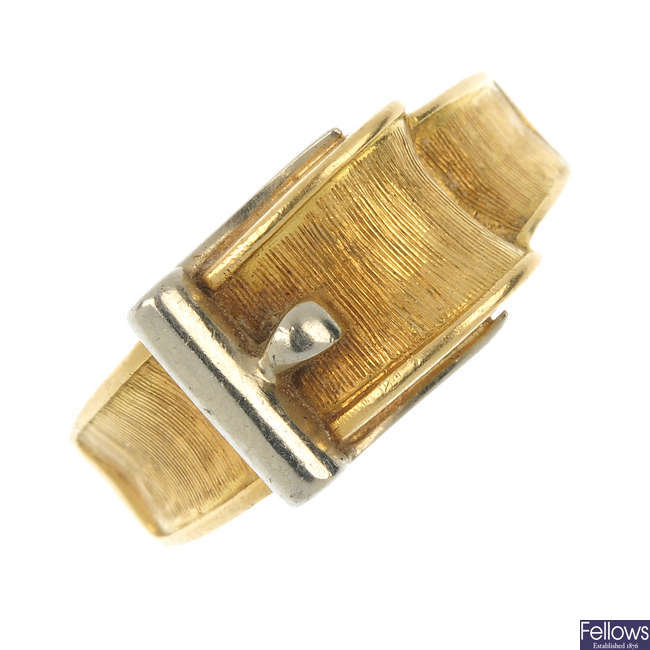 A 1960s 14ct gold buckle ring.