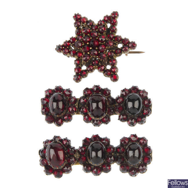 A selection of garnet jewellery, to include gold items.