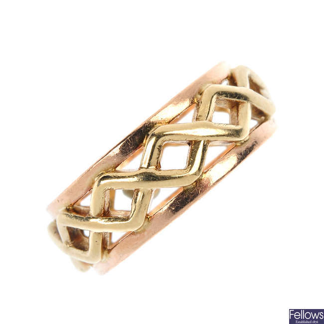 CLOGAU - a 9ct gold band ring.