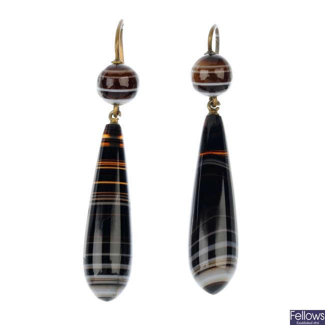 A pair of agate ear pendants.