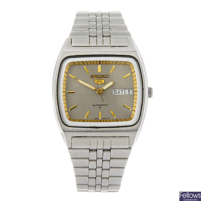 SEIKO - a gentleman's Seiko 5 bracelet watch.
