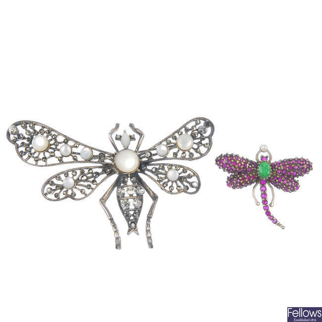 Two dragonfly brooches and gem-set and a glass bead sautoir.