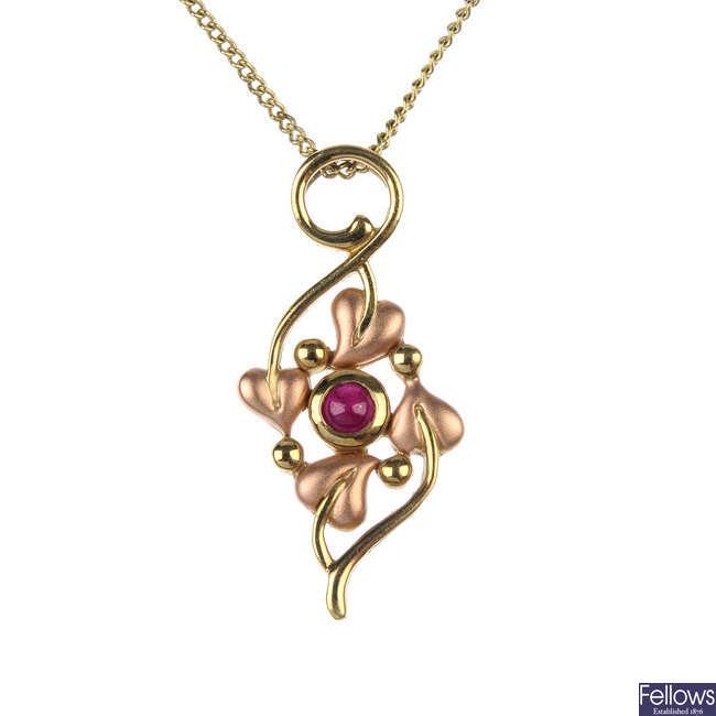 CLOGAU - a 9ct gold pendant.