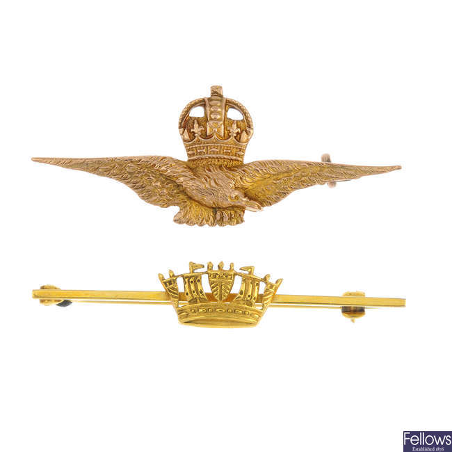 A selection of four 9ct gold and silver Regimental and commemorative items.