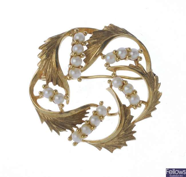 A 1970s 9ct gold seed pearl wreath brooch.