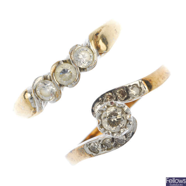 A selection of 9ct gold jewellery.