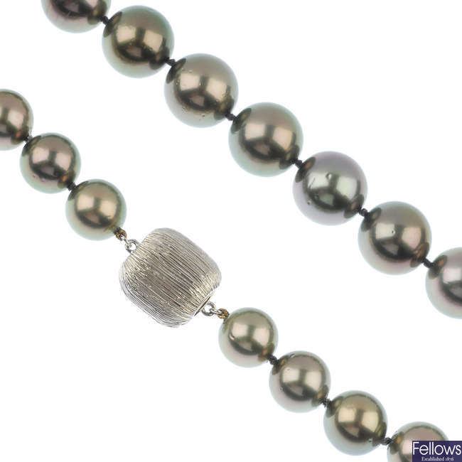 A stained cultured pearl single-row necklace.