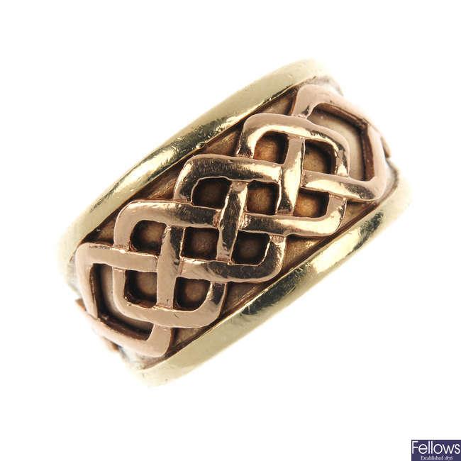 CLOGAU - a 9ct gold bi-colour ring.