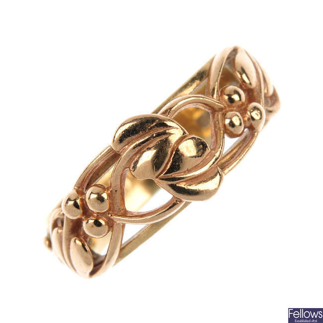 CLOGAU - a 9ct gold 'Tree of Life' ring.