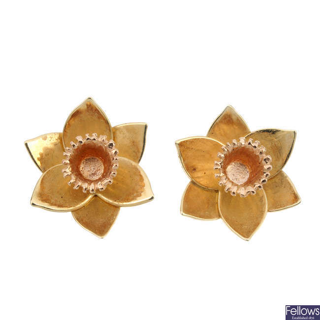 CLOGAU - a pair of 9ct gold daffodil ear studs.