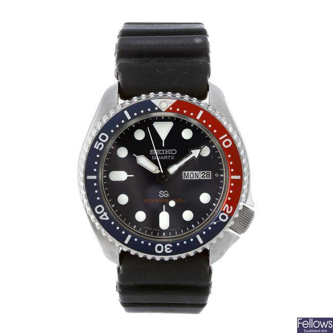 SEIKO - a gentleman's stainless steel Divers wrist watch.