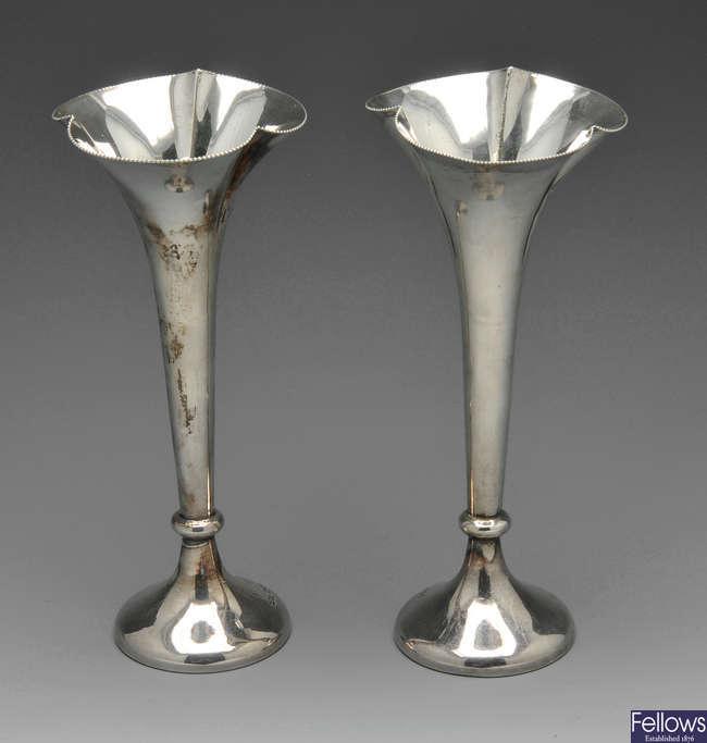 A pair of Edwardian bud vases.
