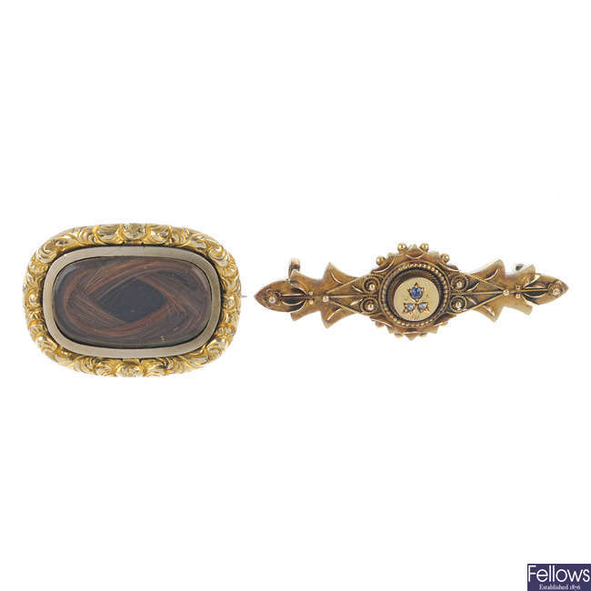 Two late Victorian brooches.