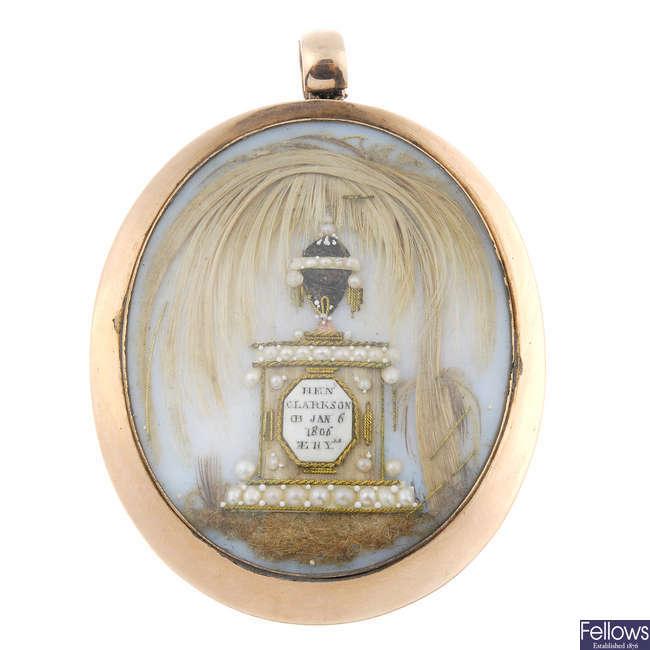 A George III gold memorial pendant.