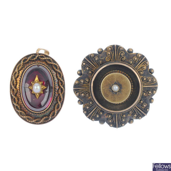 Two items of late Victorian 18ct gold jewellery.