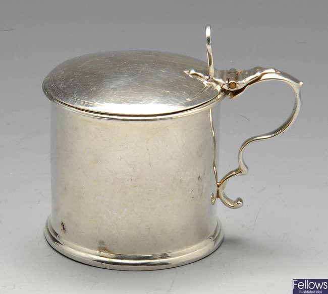 A George III silver mustard pot.