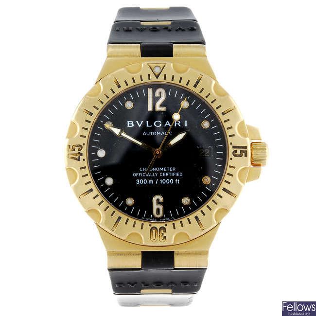 (126217-1-A) BULGARI - a gentleman's 18ct yellow gold Diagono Professional bracelet watch.