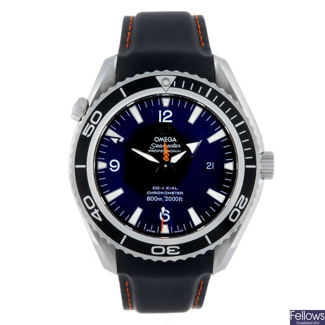 (154723) OMEGA - a gentleman's stainless steel Seamaster Planet Ocean'Casino Royal' bracelet watch.