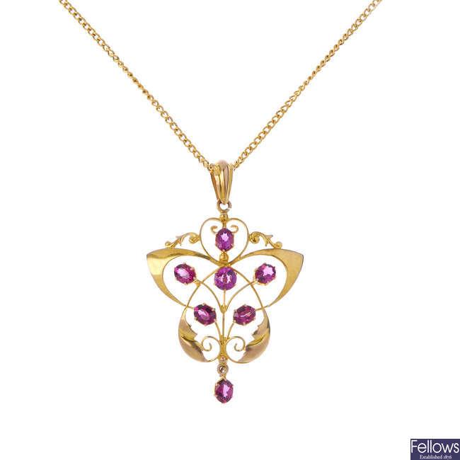 An early 20th century 9ct gold garnet pendant.