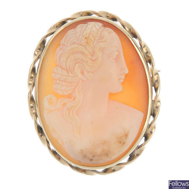 A 9ct gold cameo brooch/pendant.