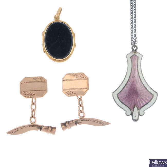 Three items of late 19th to early 20th century jewellery.