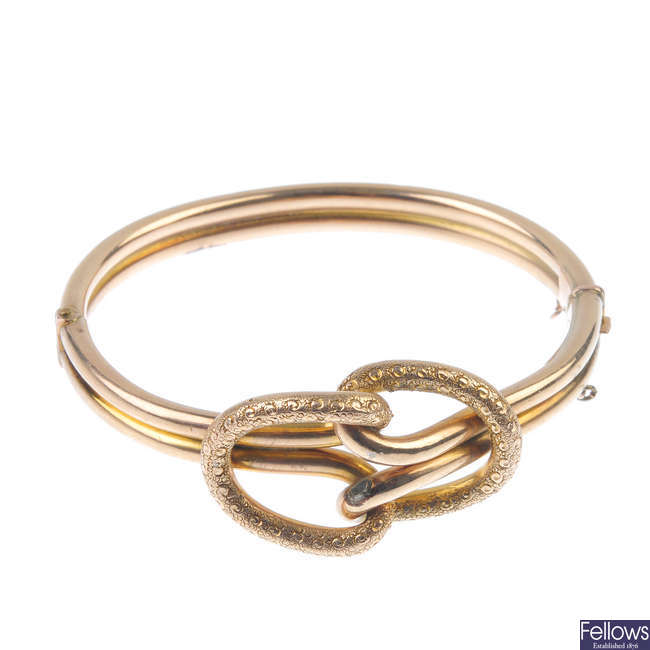 An early 20th century 9ct gold hinged bangle.