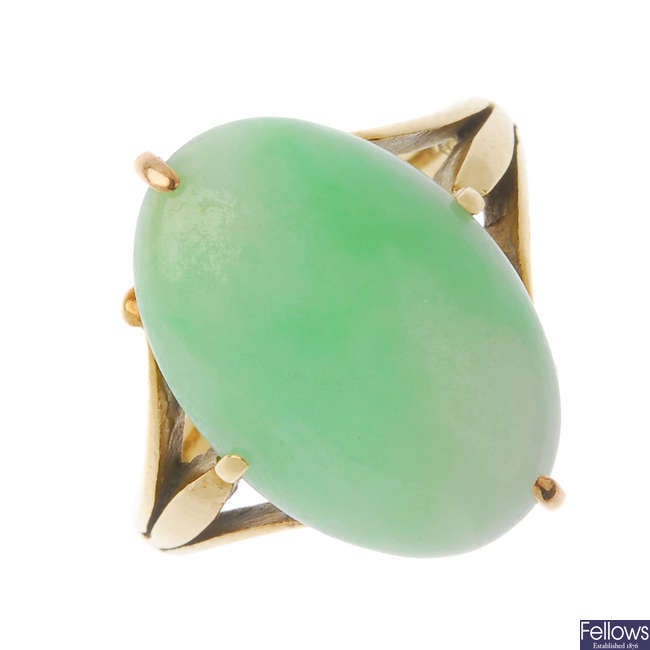 An early 20th century 18ct gold jade ring.