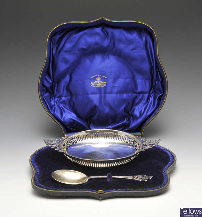 A cased Edwardian silver bowl and spoon set.