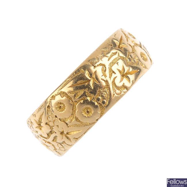 An Edwardian 18ct gold band ring.