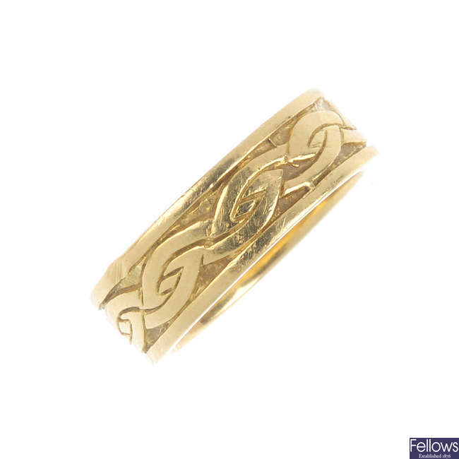 An 18ct gold band ring.