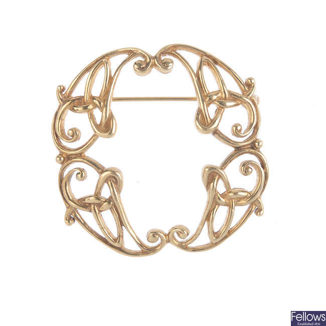 A 9ct gold brooch.