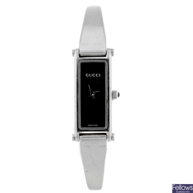 GUCCI - a lady's stainless steel 1500L bracelet watch with a Gucci chain.