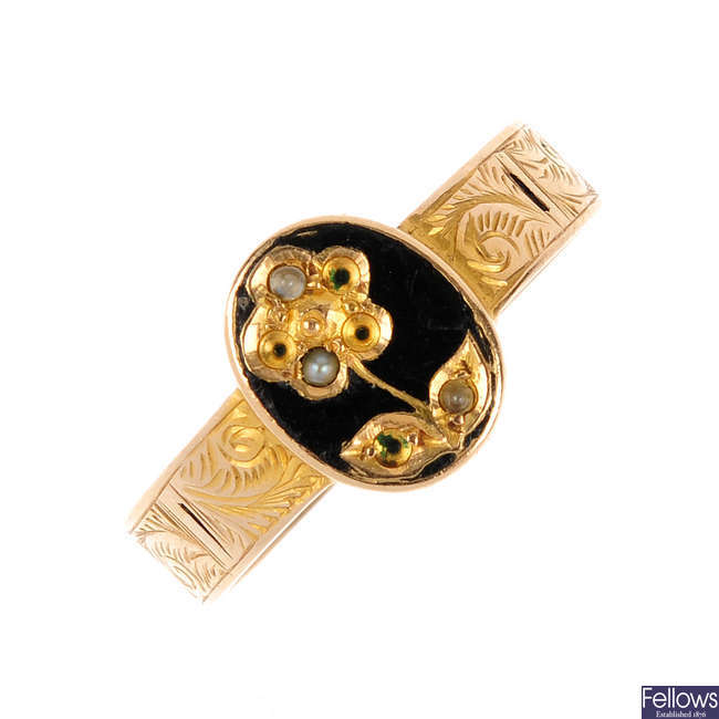 A late Victorian 15ct gold memorial ring.