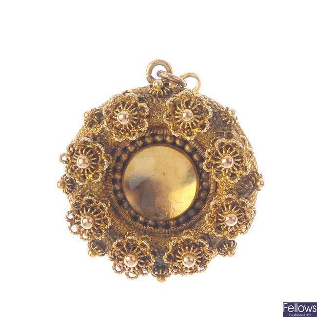 A George IV gold brooch.
